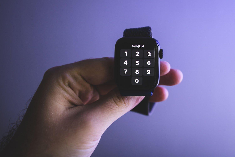 apple watch se  w dłoni z ekranem blokady