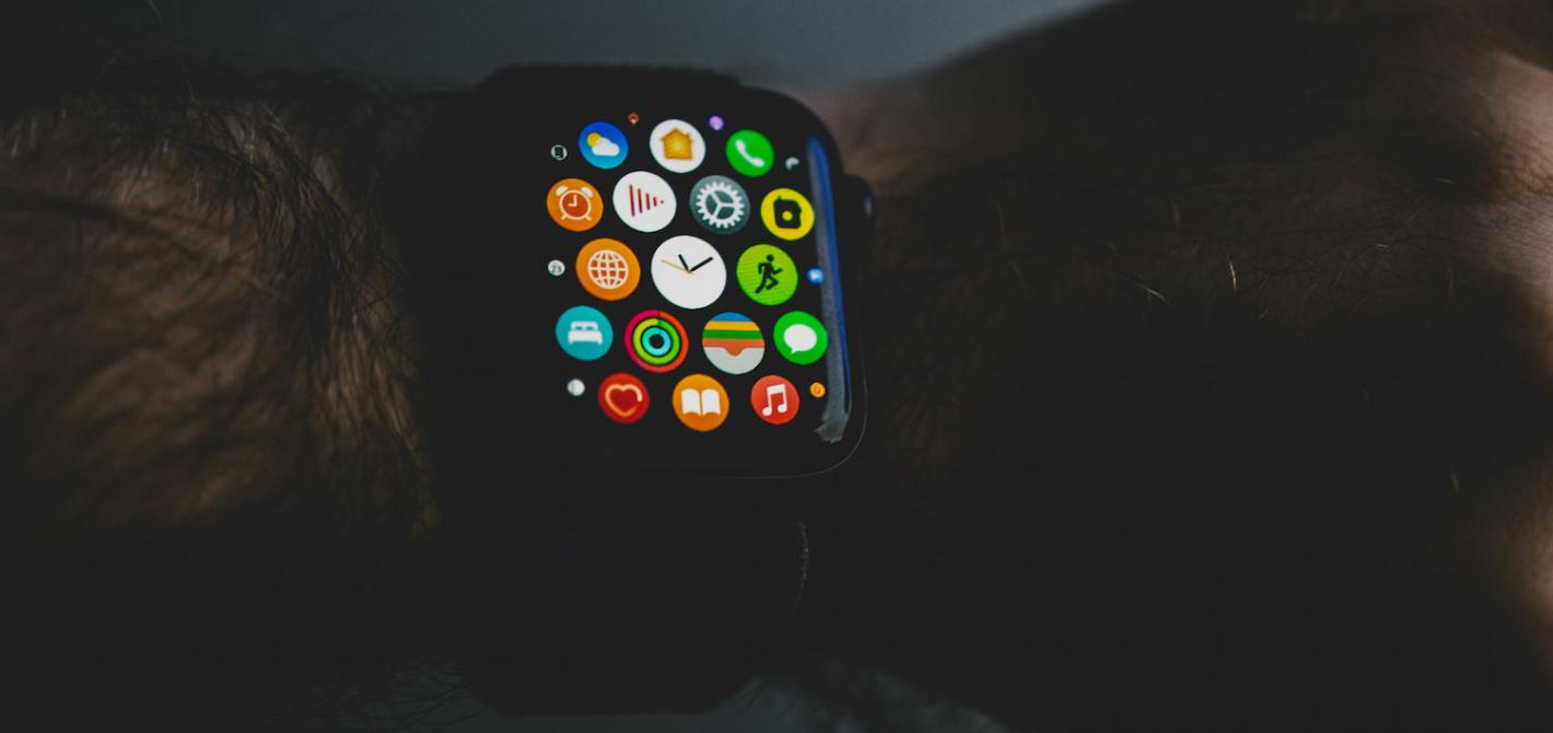 apple watch se na nadgarstku - lista aplikacji
