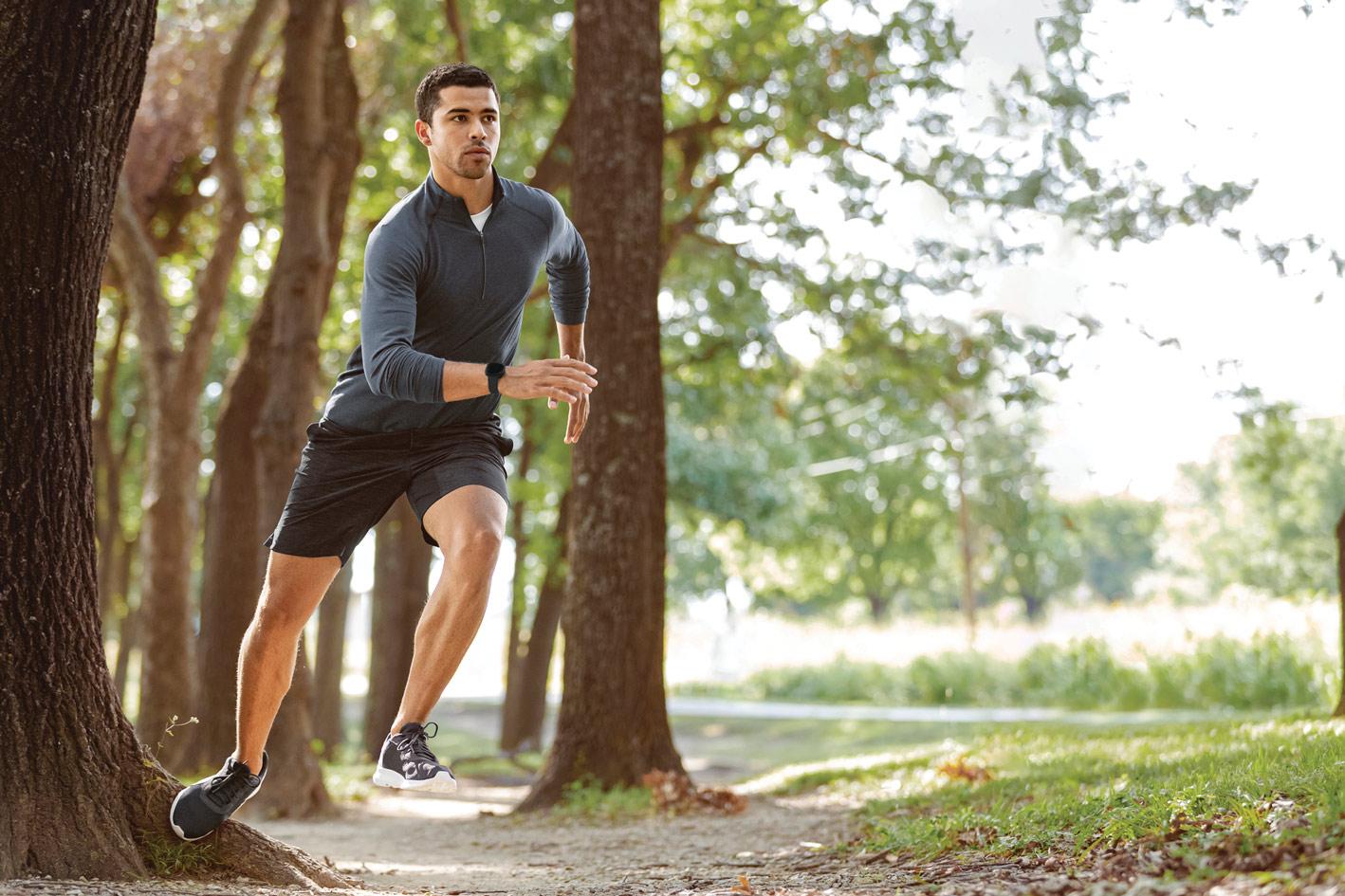 mężczyzna biegnie w parku