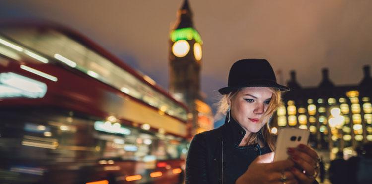 kobieta trzymająca telefon