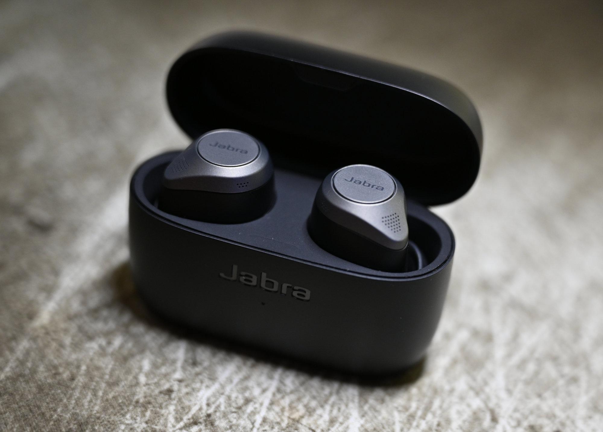 Jabra Elite 85t słuchawki w etui otwarte