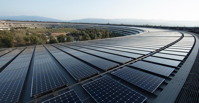 dach budynku głównego Apple Park z panelami słonecznymi