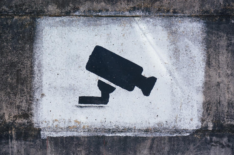 kamera stencil na murze
