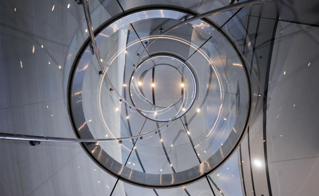 wnętrze szklanej windy w Steve Jobs Theater