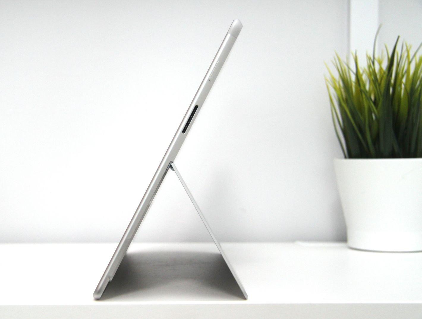 Microsoft Surface Pro X z prawej strony