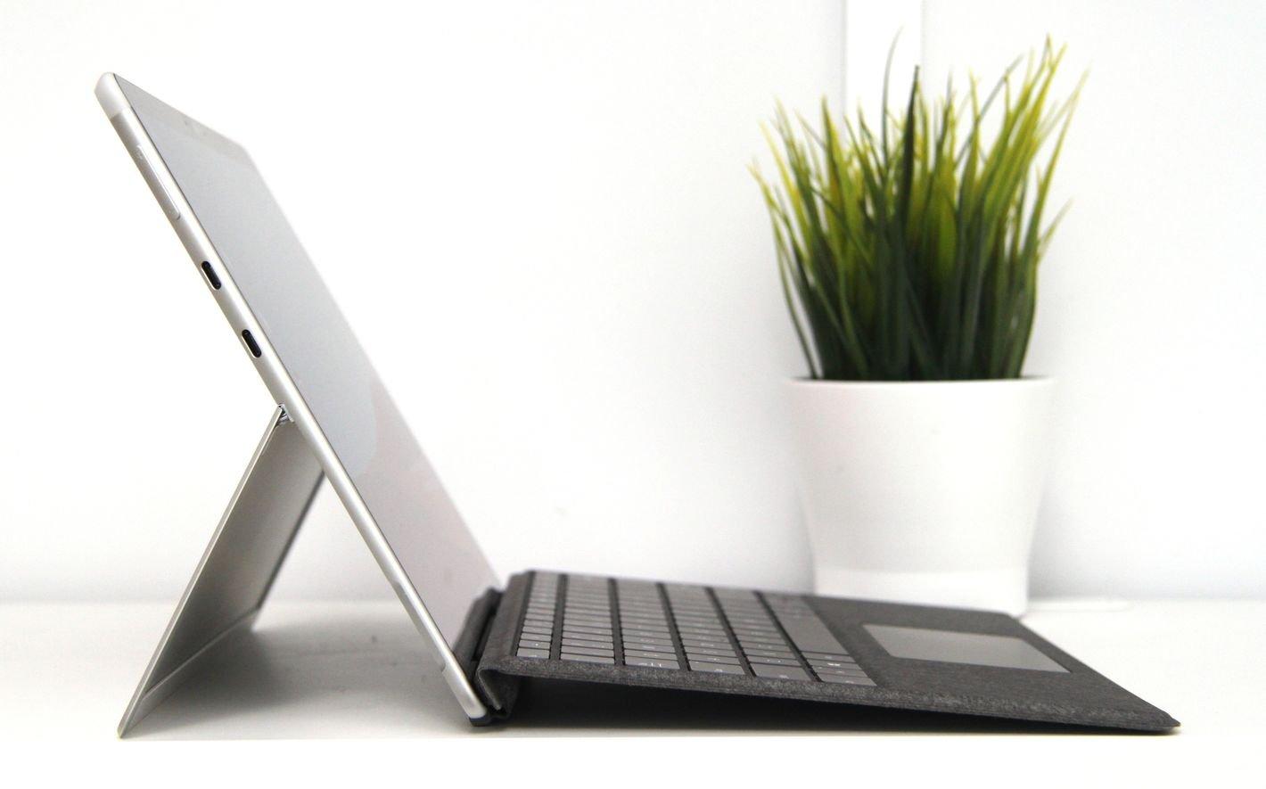 Microsoft Surface Pro X klawiatura pod kątem