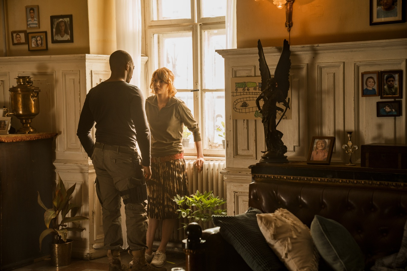 OUTSIDE THE WIRE, Anthony Mackie as, Leo, Emily Beecham as Sofiya in OUTSIDE THE WIRE. Cr., Jonathan Prime/NETFLIX, ©, 2020