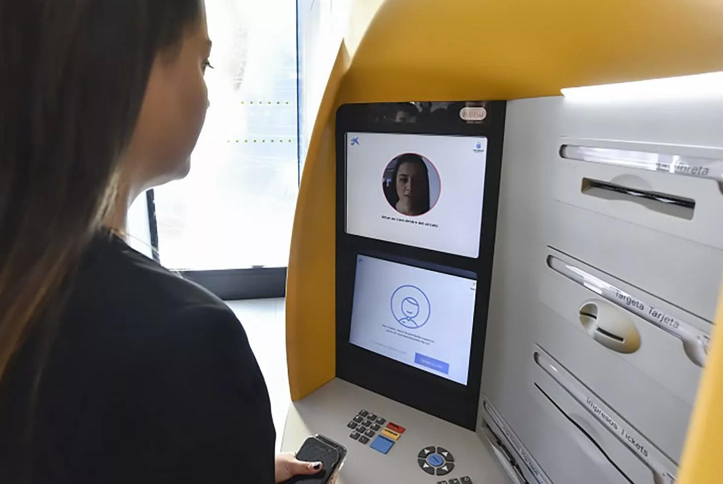 Bankomat skanujący twarz