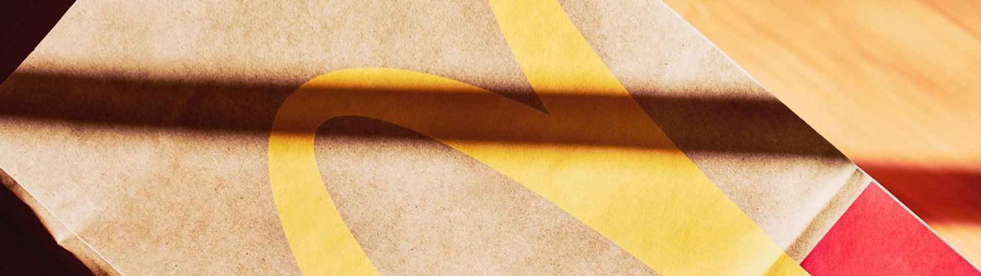 logo McDonald's na opakowaniu