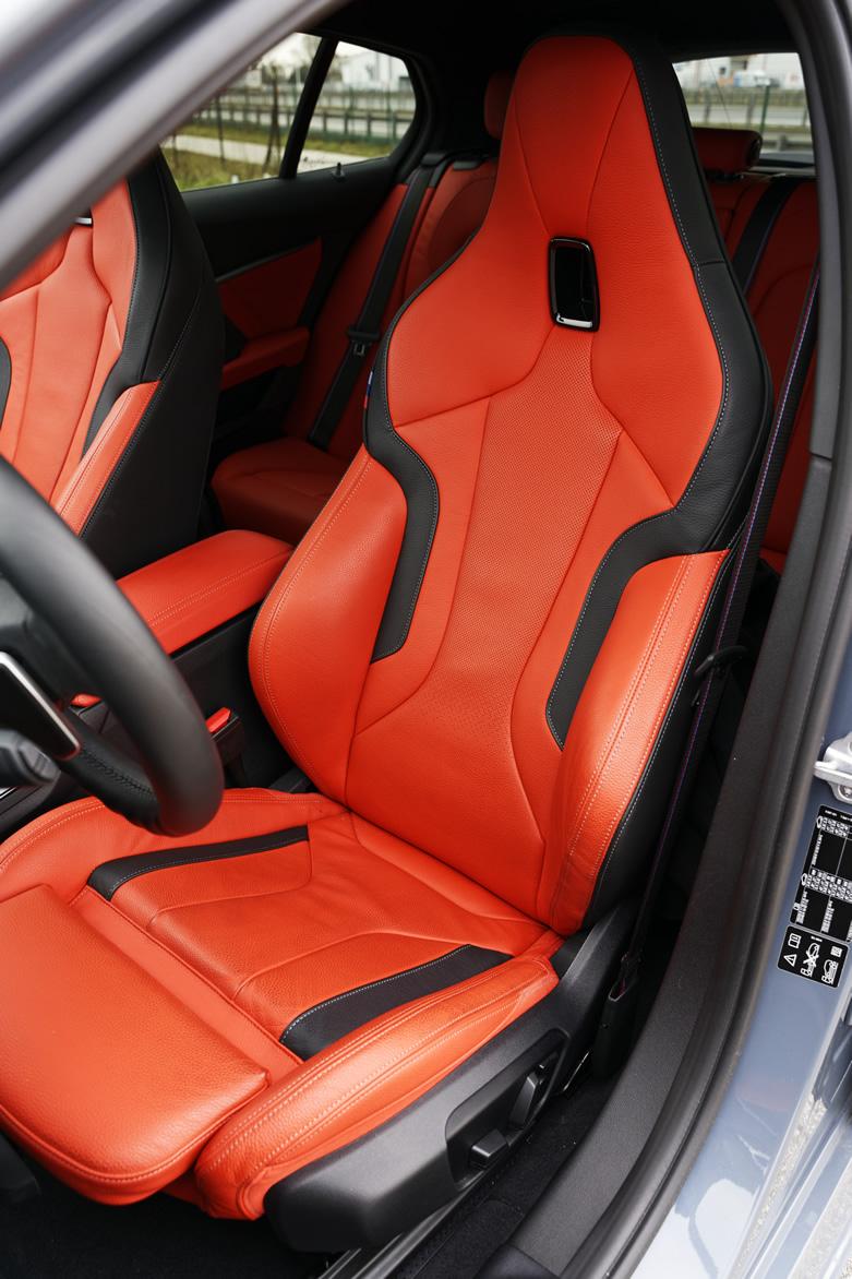 nowe BMW 120d xDrive F40 - fotel kierowcy